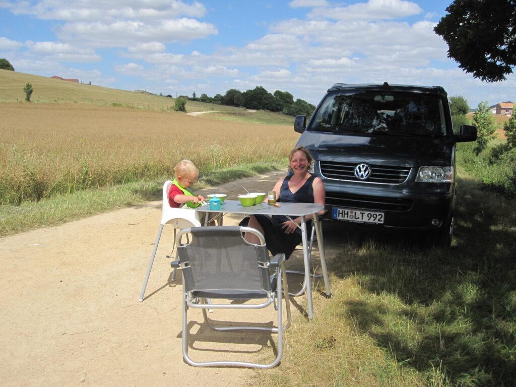 Jessica Staschen mit ihrem Sohn Lasse während der Europa-Tour mit dem Bulli